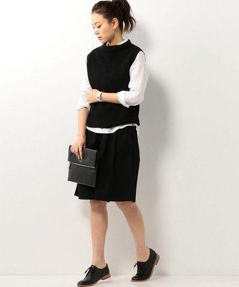 少しゆとりのある黒いニットベストに白シャツ、ボトムスにはショートガウチョを合わせた、ツートンカラーがクールなスタイル。オフィスにも最適で、腕まくりした白シャツが女性らしく、ベストとの相性抜群です。