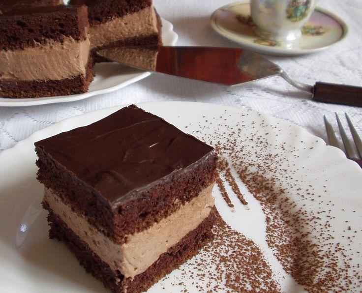 Igazi magyaros, klasszikus tortafajta, kakaós piskóta, vastag kakaós-rumos tejszínhabbal töltve, vidámságot sugalló névvel.