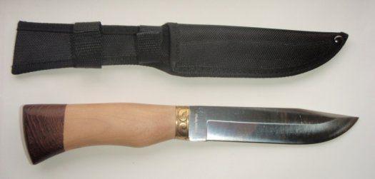 """Nůž """"Ochránce"""" - Nabízím k prodeji velmi pěkný a kvalitní nůž s nápisem Ochránce v azbuce na čepeli. Střenka je ze dvou druhů exotického dřeva, mimořádně dobře zpracovaná. Záštita je mosazná s rostlinnými motivy v ruském stylu. Celková délka je 28 cm, rukojeť 13 cm , čepel 15 cm - je označena typem oceli 65x13-viz foto. Váha 149 gramů. Nůž je velmi ostrý. Do ruky je velmi příjemný-nemá ostré hrany. Nůž je úplně nový - super kousek - mimořádně dobře zpracovaný kompletně v ruském stylu. Jistě…"""