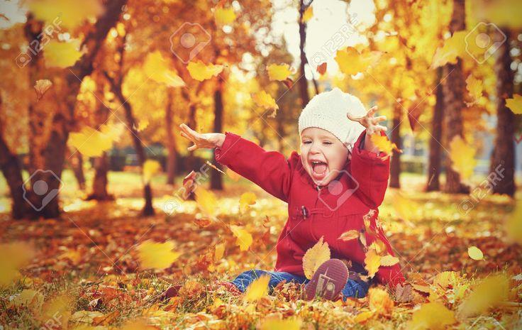 Heureux Petit Enfant, Petite Fille Riant Et Jouant à L'automne Sur La Nature Promener Dans La Nature Banque D'Images Et Photos Libres De Droits. Image 32084683.