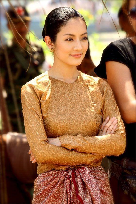 Thai women and Thai Traditional dress . ( Aff Taksaorn )