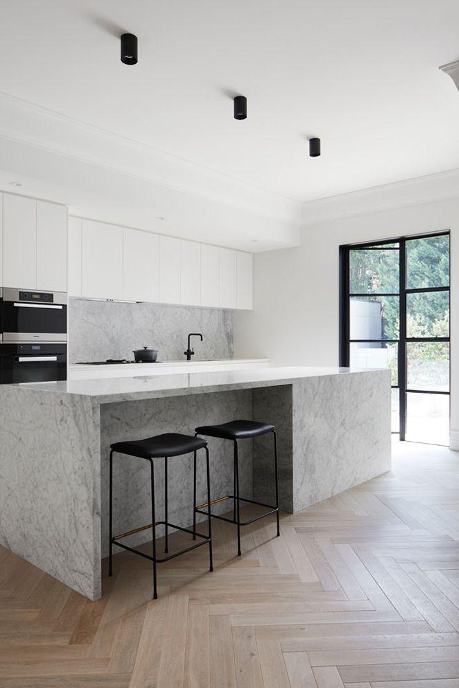 Carrara-Marmorküche mit weißen Eichenböden – #C…