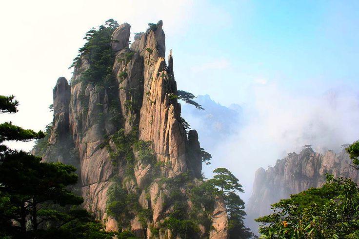 """FASZINATION KLETTERTOUR – ein Abenteuer in den Karsten von China  China ist die Heimat der weltweit größten Formation von Karst-Felsen.  Diese steil aufragenden und zerklüfteten Gebilde locken von Zeit zu Zeit Klettertouristen an. Felstürme und-rinnen wurden im Laufe der Zeit durch die Naturelemente geprägt. Für einige Kletterer bedeutet die """"Erzwingung"""" der Felsen eine Erfahrung fürs ganze Leben ..."""