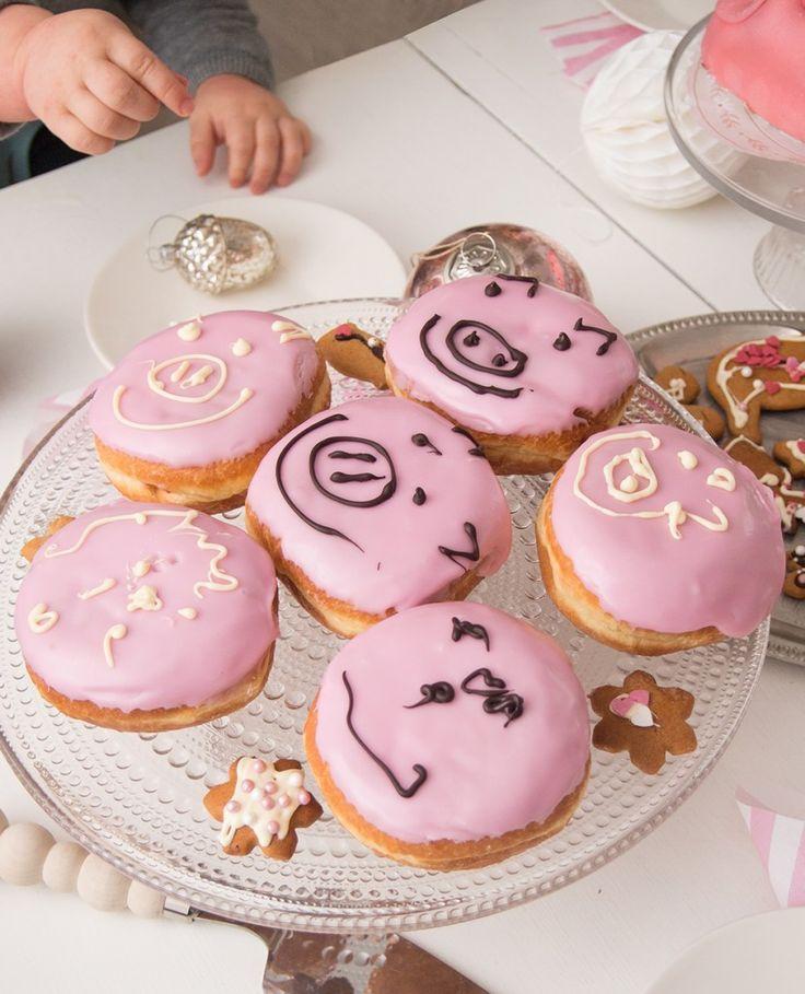 Lasten joulunodotusta voi helpottaa järjestämällä perheen kesken hauskat pikkujoulut. Parilla vinkillä säästyt suurimmalta vaivalta ja aikuisillakin on kivaa.