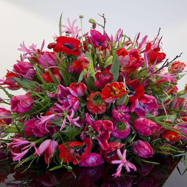 Rouwarrangement Seizoen Lente. Bijzondere rouwarrangementen in verschillende vormen of met een symbolische betekenis, bij Afscheid met Bloemen vindt u het allemaal. In de rouwarrangementen gebruiken wij grote, bijzondere bloemen, altijd uit het seizoen. Gemaakt door Afscheid met Bloemen.