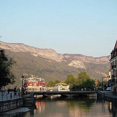 Annecy and its Lake | Le Canal du Thiou avec le MS Libellule partant en croisière autour du lac #annecy #annecylake #france #tott #town #lake #lac #beautiful #veilleville #riviere #rhonealpes #alpes #oldtown #montagnes #mountains #oldtownannecy #lacdannecy #printemps  #river #hautesavoie #boat #tree #relax