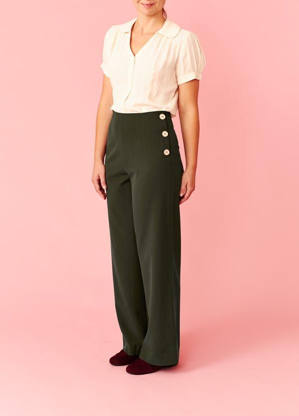 4d1bee5194f Pretty Retro: Bukser med høj talje og knapper i siden - kakigrøn   Højtaljede  bukser   Bukser, Knapper og Talje