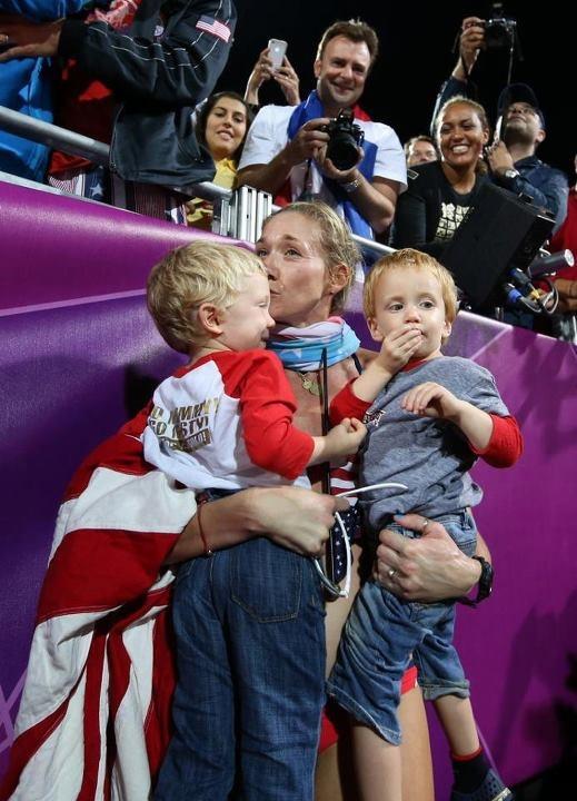 Bambini, baci, bandiera  Kerri Walsh (Usa), olimpionica di Beach Volley
