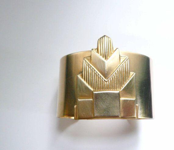 Bracelet manchette de style art déco. Manchon de laiton gros bracelet en or. Chrysler Building. Ère Gatsby.    Un large laiton style ère Gatsby du