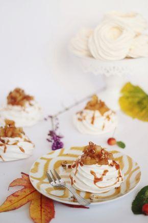 Mini pavlovas d'automne - pommes, poires, épices et sauce au caramel beurre salé.