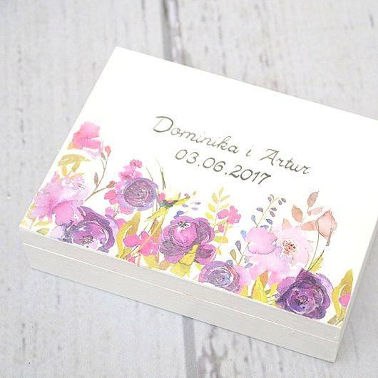 Białe pudełko na obrączki z motywem fioletowych kwiatów :)  Dostępne w sklepie internetowym Madame Allure.