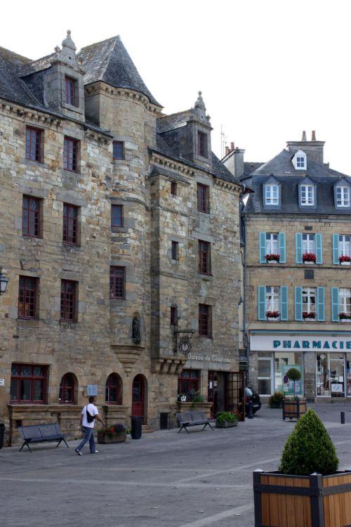 Maison de la Sénéchaussée – Landerneau. Elle est aussi appelée « Maison de la Duchesse Anne de Bretagne », car elle y aurait dormi une nuit pierre de Logonna. A l'intérieur, on retrouve sur une des poutres peintes la devise des Rohan : « Prince ne daigne, Roy ne puis, Rohan suis ».