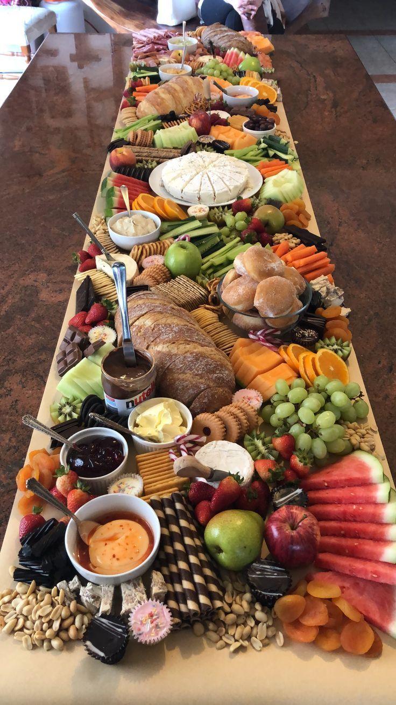 Lieben Sie diese Idee eines grasenden Brettes. Beginnen Sie mit Fleisch & Käse, Gemüse, Brot und   – Genuss