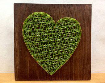 Zeichenfolge Art Rhythmus schlagen Herzschild Wand Kunst  Größe: 8 x 4 Zoll (20 x 10 cm)  Wir arbeiten im Stil der Zeichenfolge Kunst auf irgendeinem Thema: dc-Comics, Marvel, Liebe, Stadt, Land, Fahnen, Tiere, abstrakt, Logos, Namen, Beschreibungen, Termine - jeden! Alle unsere Produkte sind ausschliesslich handgefertigt. Für jedes Produkt, wir behandeln uns Färbung Lack Base nur handgemacht. Wir verwenden nur die höchste Qualität Holz, Nägel, Thread, Farben, Lacke, etc.. Es ist wichtig…