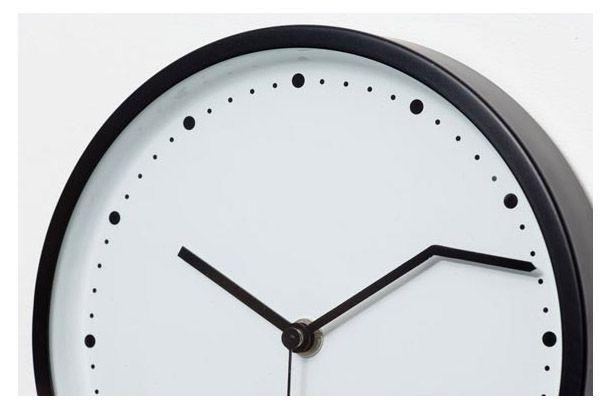 10時9分30秒となります。Diamantini & Domeniconiがデザインした壁掛け時計『The On-Time Cl...