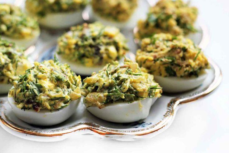 """""""Ouăle umplute cu ciuperci"""" reprezintă aperitivul perfect pentru orice masă de sărbătoare. Sunt foarte gustoase, aspectuoase și se prepară foarte ușor din ingrediente simple. Aceste gustări pot fi decorate în diverse moduri, au un aspect foarte frumos și vor decora orice masă festivă. Nu ezitați să le preparați la diverse ocazii, sunt deosebite și îi …"""