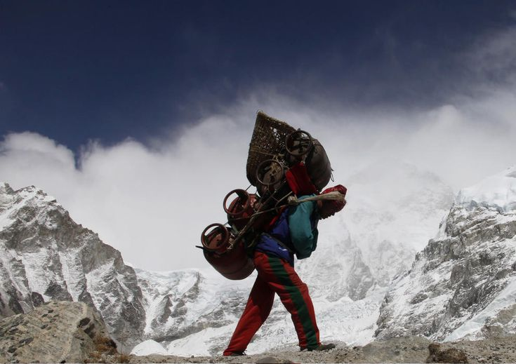 Sherpas, los héroes olvidados de la montaña. Noticias de Otros deportes. Desde los orígenes del alpinismo, los montañeros occidentales no habrían podido abordar sus logros sin la inestimable ayuda de la etnia que habita el Everest