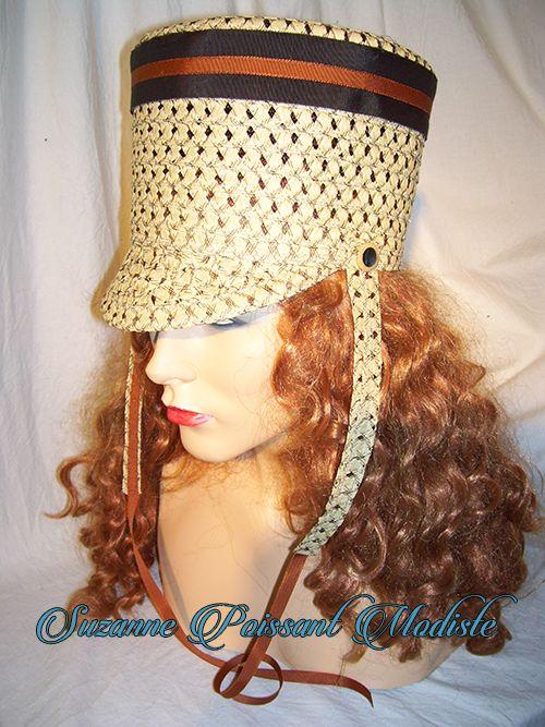 Voici un chapeau qui rapelle les shakos de l'armée canadienne du début des années 1800. Création Suzanne Poissant Modiste