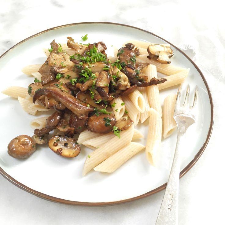 Pasta met champignons. Een makkelijk en romig recept. Snel te maken en kidsproof. Dit familierecept is ideaal voor doordeweeks. De champignonsaus maak je