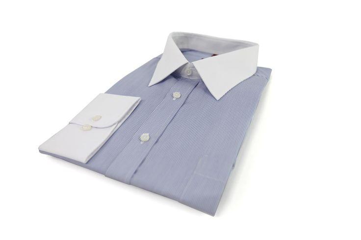 Elegancka koszula Omega niebieska w białe paseczki. Biały kołnierz i mankiety. Idealna do wizytowej marynarki. Skład: 100% bawełna.