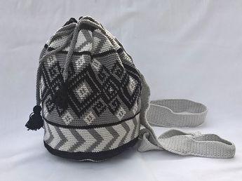 """""""All my bags are packed...I`m ready to go..."""" ... mit dem Rucksack ist das Leben gleich angenehmer! Trendig in der Zeit, Mochilla ist in, und durch sein Muster und die Farbzusammenstellung ein Hingucker. Egal ob du eher der sportliche Typ bist oder nicht."""