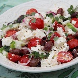 Salade grecque de tomates cerise, concombre, olives et feta