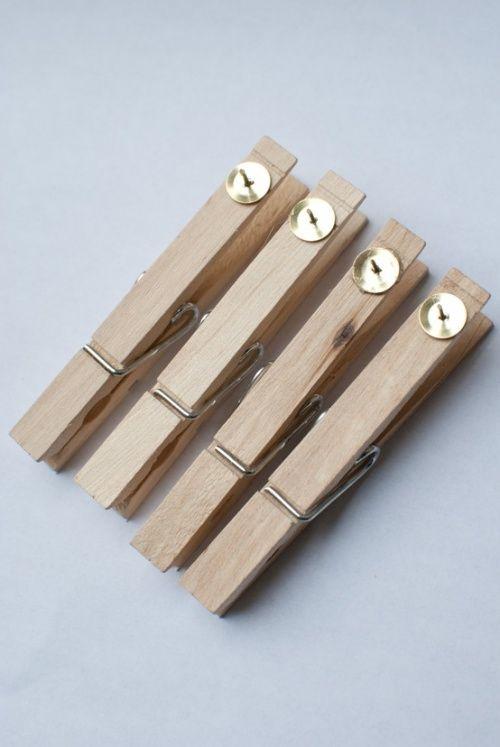 les punaises sont collées à la pince à linge avec une colle forte puis elles sont plantées dans les murs. Ainsi, plus besoin de chercher les punaises, ni de se piquer les doigts, il suffit juste de toucher à la pince à linge pour mettre vos affichages