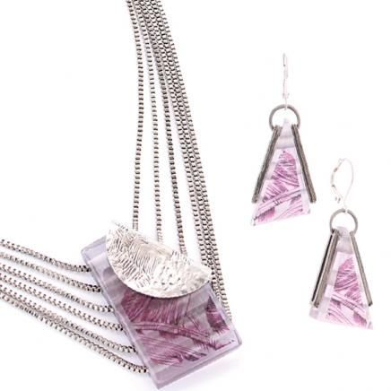 ANNE-MARIE CHAGNON Collection LUV Automne-Hiver | Fall-Winter Collier/necklace: CALA 03- mauve/purple | Boucles d'oreilles/earrings: LIRIO 06- mauve/purple
