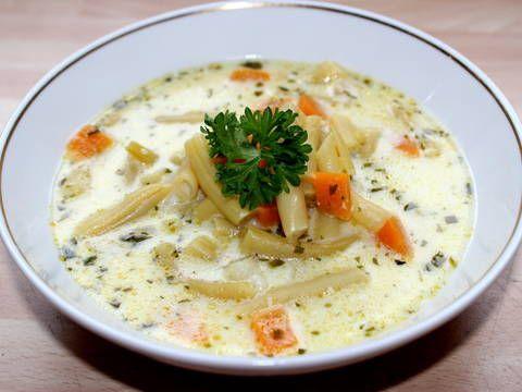 Remek recept Tárkonyos zöldbableves. Mivel nagy leves rajongó vagyok, így nálunk gyakran kerül az asztalra. Most egy nagyon egyszerű, de annál finomabb tárkonyos zöldbablevest mutatok, ami hamar a család kedvence lehet. :)