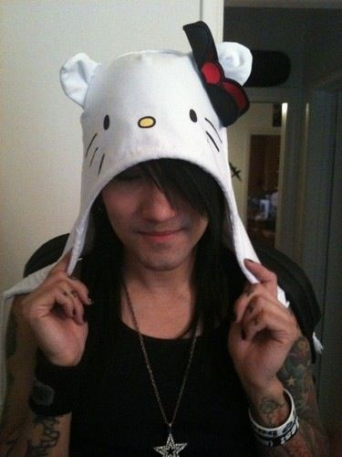 Yes my idol is wearing a hello kitty hat.. And he looks fucking adorable doing it..