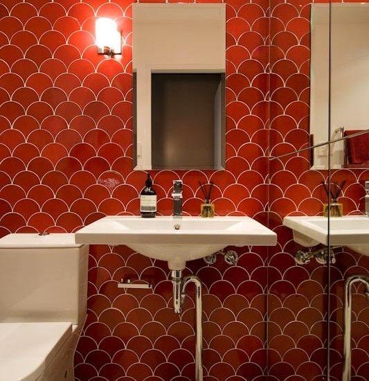 Красно белая ванная комната фото