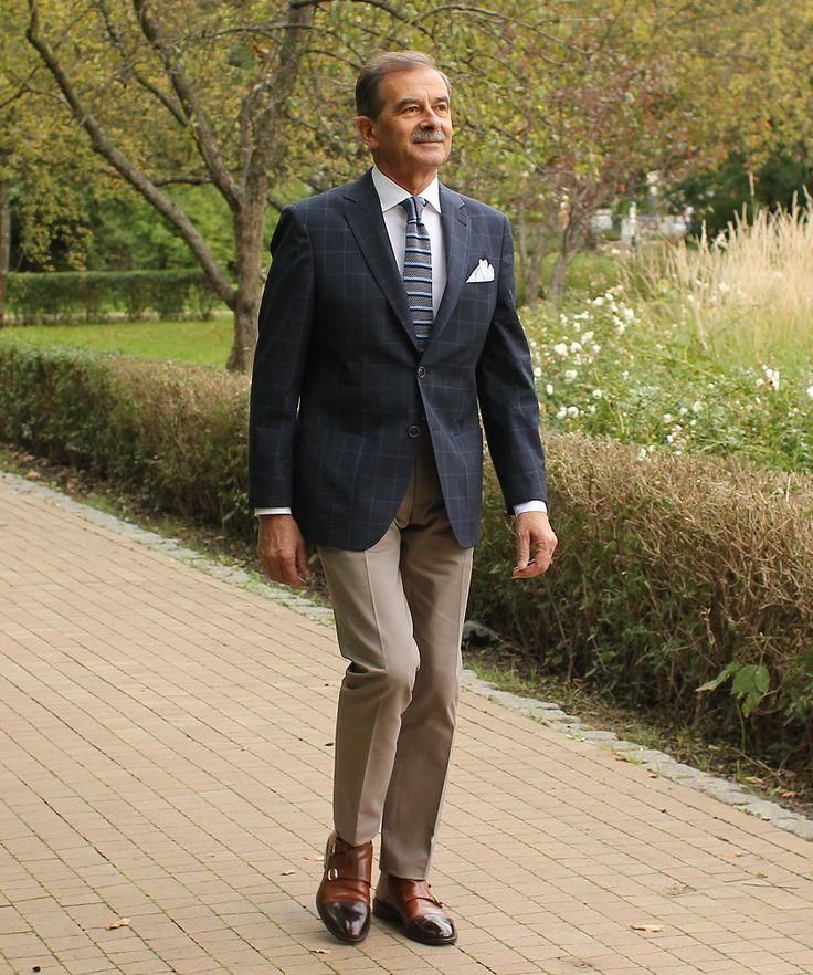 Chinosy to spodnie, które zrobiły u nas błyskawiczną karierę w ciągu kilkunastu ostatnich lat. Owszem, były znane dużo wcześniej, ale uchodziły za spodnie robocze. W miarę jednak jak zaczęły być szyte z coraz lepszych tkanin i w coraz ładniejszych kolorach - rozpoczęły swoją ekspansję na tereny wcześniej nieznane: eleganckiego stylu każualowego. Chinosy są spodniami o prostym kroju, szytymi z tkaniny bawełnianej o różnym splocie i różnej gramaturze. Ich powstanie wiąże się z wojną…