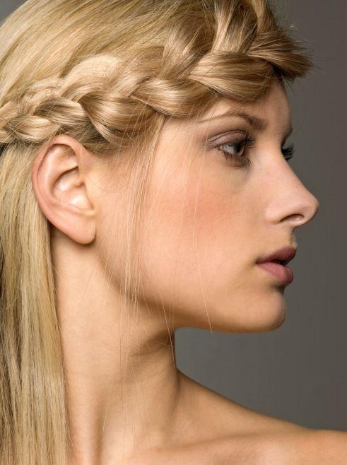 Yunan Saç Örgüsü ve Örgülü Saç Stilleri - Örgüyü saçın ucuna kadar örmeli ve istediğiniz şekilde bırakabilirsiniz.