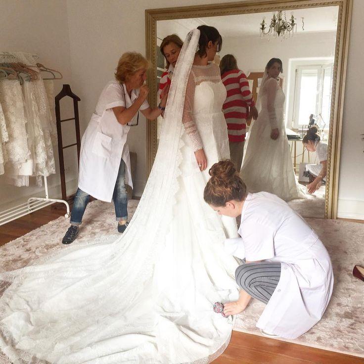 Raquel's mother keeping an eye on her dress' final touches! ❤️ #purezamellobreyner #purezamellobreyneratelier