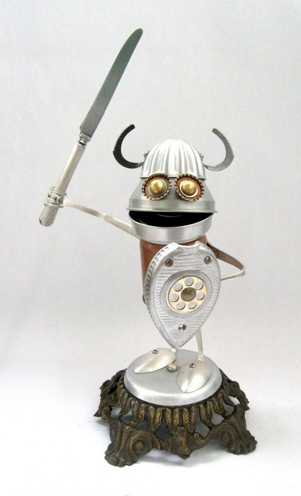 Brian Marshall fabrique ces petites sculptures de robots joyeux à partir d'objets récupérés assemblés.