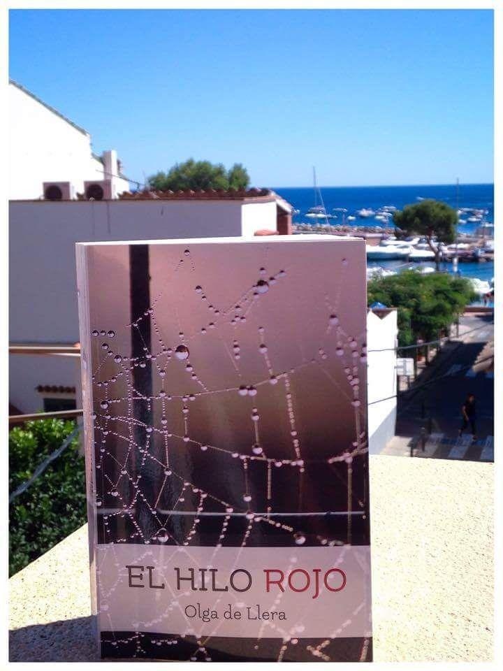 Una de mis lectoras me ha enviado esta fotografía de #ElHiloRojo , su lectura para este verano http://amzn.to/2cgXzpz