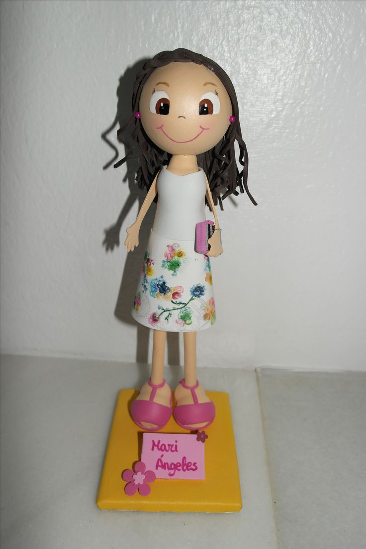 Fofucha personalizada con falda pintada a mano. Facebook: Las Creaciones de Irene