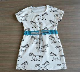 De Simple Dress is, zoals de naam het zegt, een simpel patroontje voor een tricot jurk. Ideaal om lekker te ravotten buit in de zon of o...