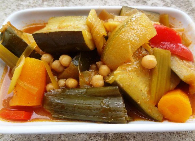 Le couscous de légumes est un plat vegan, ici la recette étape par étape avec les photos. C'est sain, simple et bon. A accompagner de semoule bien sûr.