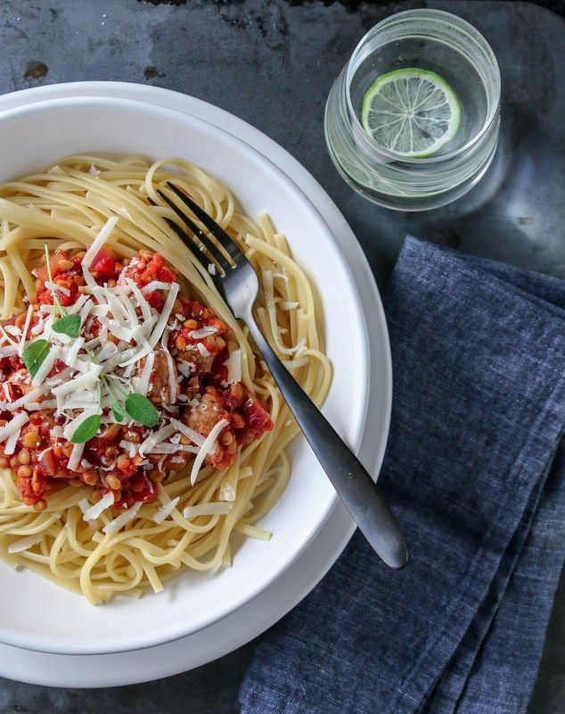 I dag kan jeg friste med en deilig pastarett med smakfulle salsiccia-kjøttboller, tomater, chili – og røde linser som gjør at den metter godt. En ny hverdagsfavoritt, kanskje?