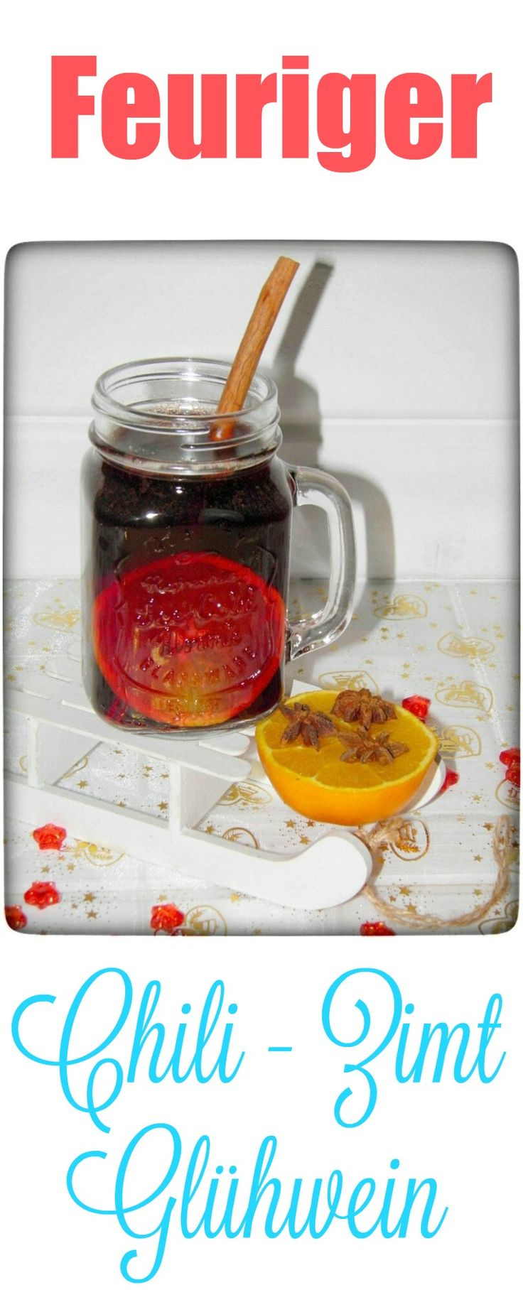 Der Chili-Zimt Glühwein ist eine leckere Kombination aus Rotwein, Tee, Rum, Orangensaft, leckeren Gewürzen und einem Schuss Orangenlikör – vor allen Dingen wie immer bei meinen Rezepten mit wenig Zucker. Natürlich ist selbstgemachter Glühwein um Welten besser als alle gekauften, ziemlich süß schmeckenden Glühweine – denn hier kann ich die Zuckerzugabe genau kontrollieren.