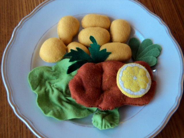 """Dobrou chuť ! - Řízek s bramborem Ručně šité jídlo - řízek s bramborem a oblohou. Vhodné jako hračka pro děti do kuchyňky či jako legrační dekorace. Velikost řízku - cca 10-11 cm, brambůrky- 3, 4, 5 cm Cena je za celou sadu. Na této porci si již """" pochutnávají""""děti z jedné mateřské školy, na přání vám """" uvařím """" porcipodobnou. Další šitá jídla najdete ..."""