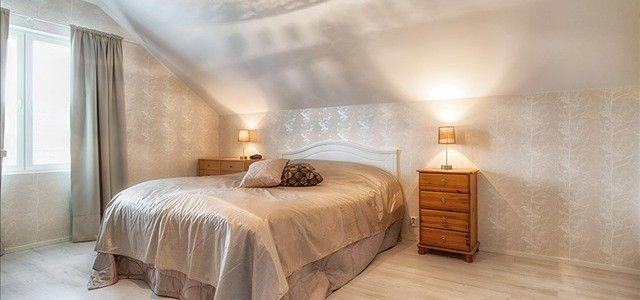 Kauniisti valaistu makuuhuone