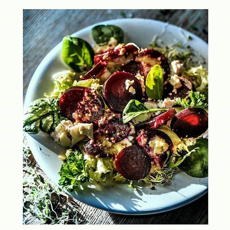 Do pieczonych buraków ( pycha!) oraz świeżych warzyw pasuje na przykład kasza jaglana, kuskus, quinoa oraz wszelkie inne kasze. Zupełnie innym pysznym połączeniem mogą być np. sery, najzdrowsze sa kozie. A jeszcze innym połączeniem mogą być rośliny strączkowe,  na przyklad cieciorka (jak ktoś woli to ciecierzyca :-) ). Do tego lekko uprażone pestki dyni, słonecznika lub orzechy, na przykład włoskie.  I świeże zioła.  Dressing? Na przyklad Cudowna Miksura Mojej Mamy -  przepis w książce…