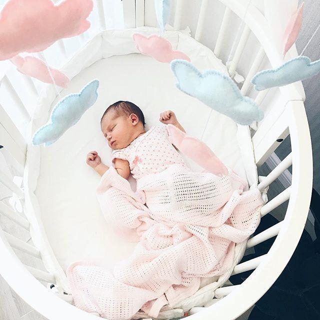 Round oval Stokke Sleepi baby crib for infants via @yagraphica