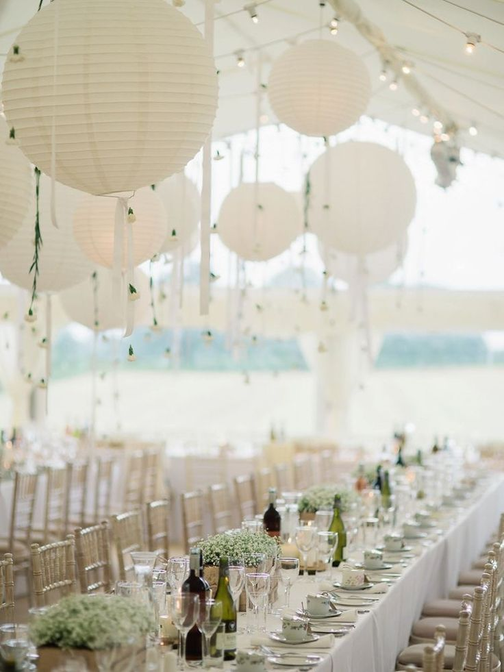 Witte lampionnen met bloemen slingers. Romantische versiering voor je bruiloft. White paper lanterns with flowers to decorate the wedding dinner. #bruiloft #lampion #bloemen #romantic #weddinginspiration #weddingideas #wedding #events #styling #stylist #decoration #huwelijk #boho #dinner #bruid Bruiloftsborden Hangende lantaarn Huwelijks ideeën