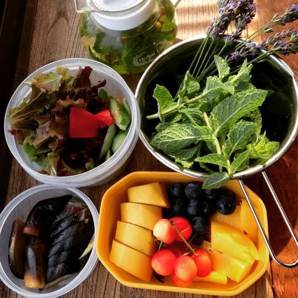 今日のお弁当♡サラダとフルーツとナスのぬか漬け。フルーツはマンゴーとブルーベリーとサクランボとバナナ。グリーンスムージー飲みながら仕事に向かいま〜す☆ (veggyaroma)