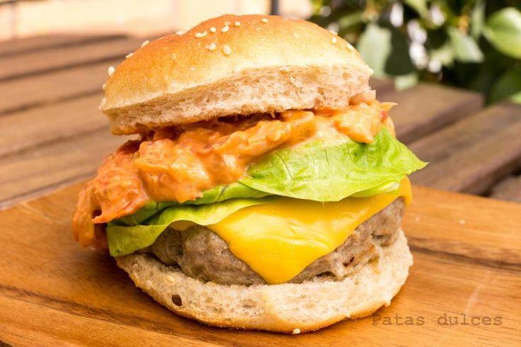 Hamburguesa de carne y queso cheddar con salsa cremosa de tomate