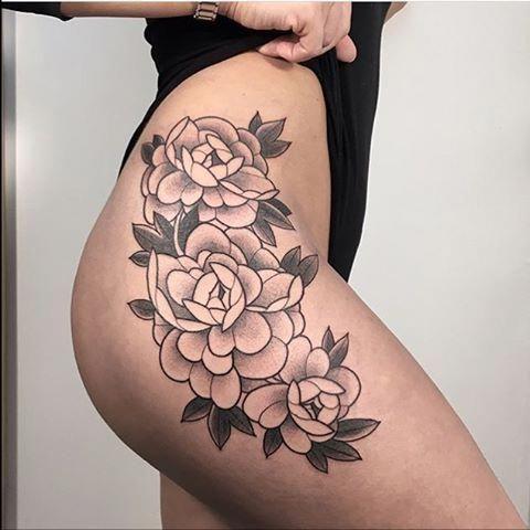 Blumen-Tattoo auf der Hüfte Wunderschönes Blumen-Tattoo auf der rechten Hüfte. Schöne Tattoo-Idee für Frauen
