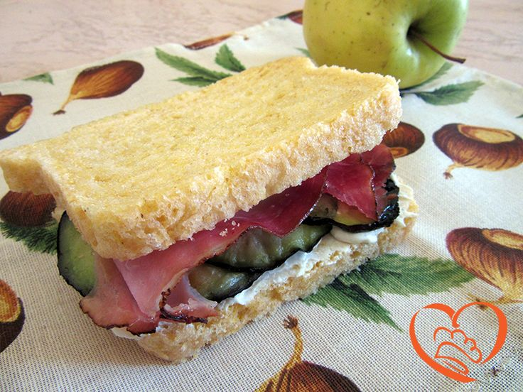 Panino con speck,melanzane grigliate e formaggio spalmabile http://www.cuocaperpassione.it/ricetta/81211f4c-9f72-6375-b10c-ff0000780917/Panino_con_speck_melanzane_grigliate_e_formaggio_spalmabile